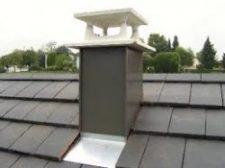 Couverture d'une toiture avec habillage d'une cheminée